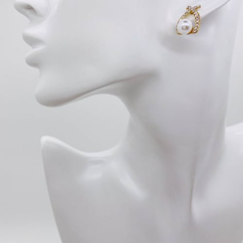 Earring with pearl detail